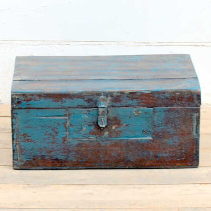 kh19 RS2020 035 indian furniture characterful blue old box front
